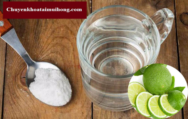 Súc miệng bằng nước chanh và muối điều trị viêm họng
