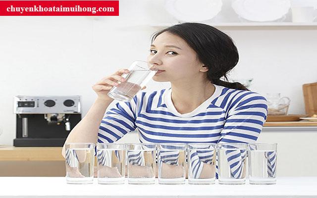 Uống nhiều nước giúp giảm đau rát cổ họng