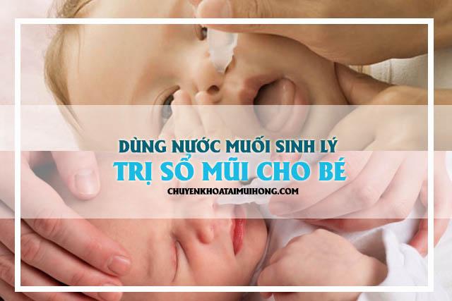 Nhỏ mũi bằng nước muối sinh lý trị sổ mũi cho bé