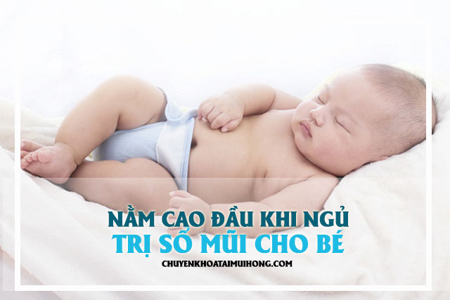 Nằm cao đầu khi ngủ trị sổ mũi cho bé