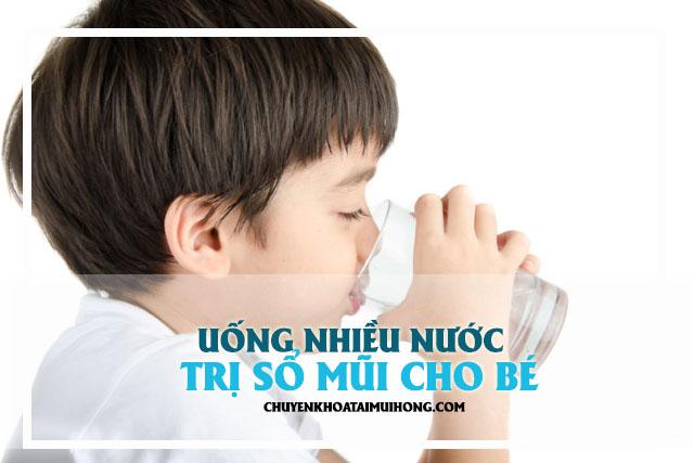 Uống nhiều nước trị sổ mũi cho bé