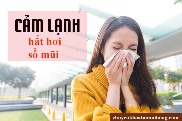 Người bệnh cảm lạnh bị hắt hơi, sổ mũi