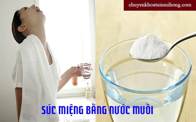 Súc miệng bằng nước muối để chữa trị bệnh viêm họng.