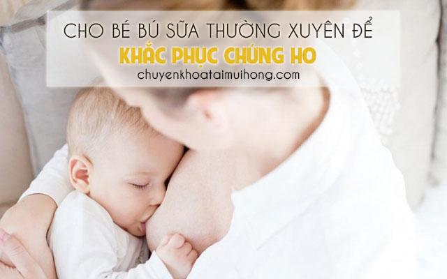Cho trẻ sơ sinh bú sữa thường xuyên để khắc phục chứng ho