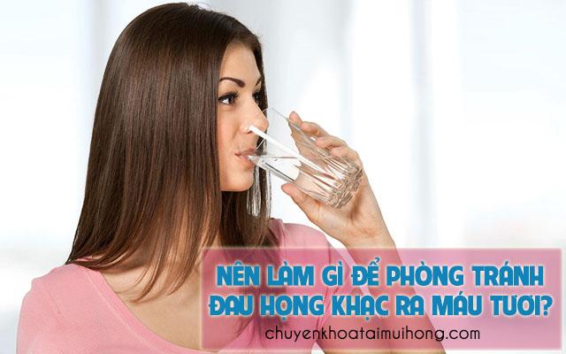 Nên làm gì để phòng tránh đau họng khạc ra máu?