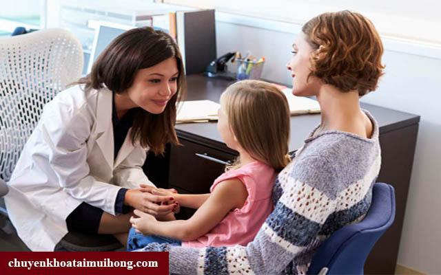 Tiến hành đưa trẻ thăm khám sớm khi trẻ xì mũi ra máu