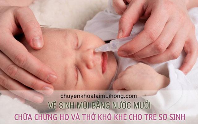 Vệ sinh mũi họng cho bé bằng nước muối để chữa chứng ho và thở khò khè cho trẻ sơ sinh