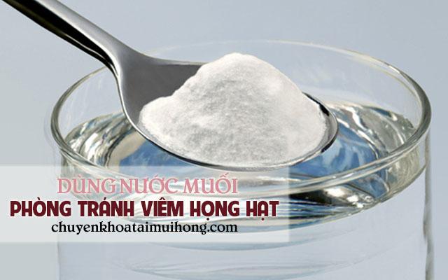 Súc miệng với nước muối để phòng tránh lây nhiễm bệnh viêm họng hạt