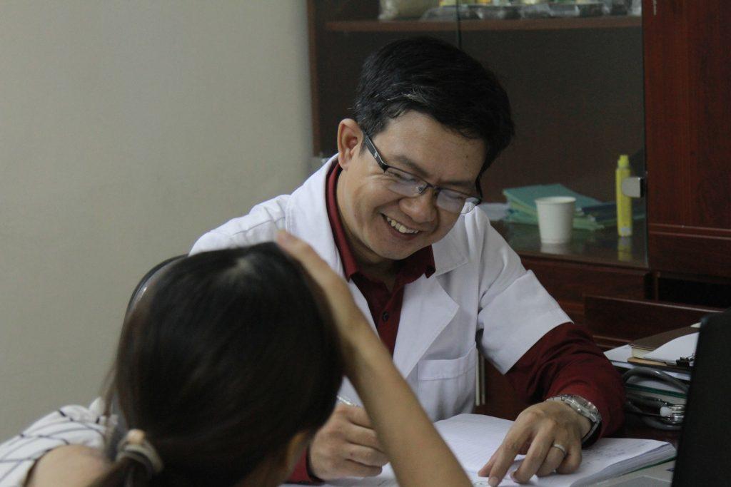 bác sĩ chữa đau họng