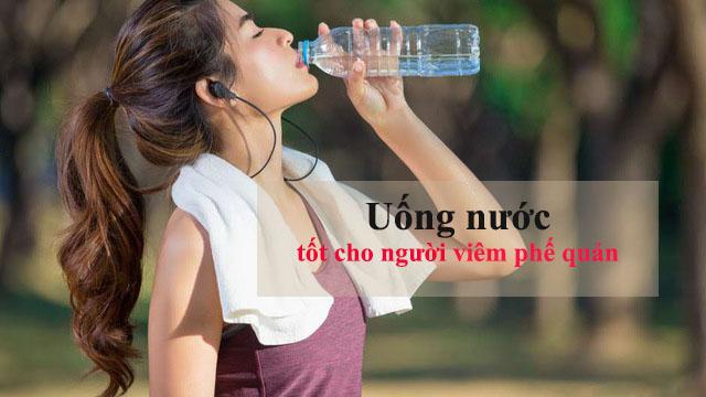 Người bệnh viêm phế quản nên uống nhiều nước