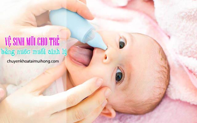 Vệ sinh mũi cho trẻ bằng nước muối sinh lý