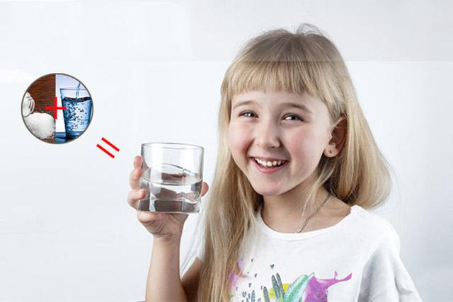 Súc miệng bằng nước muối phòng ngừa bệnh viêm họng hạt