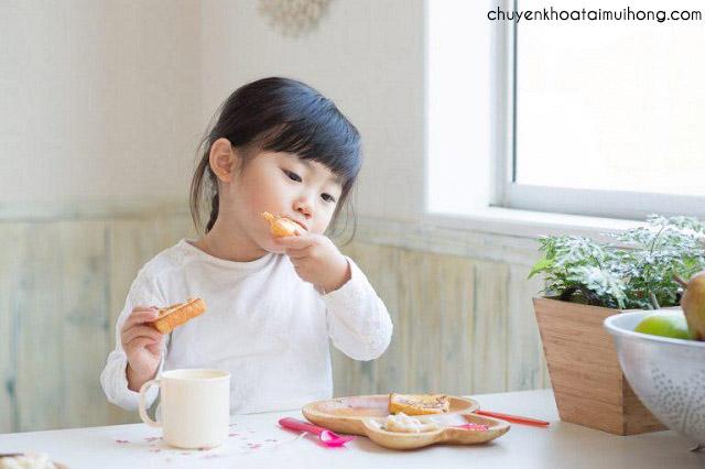 Nên làm gì khi bé bị viêm họng ăn vào là nôn?