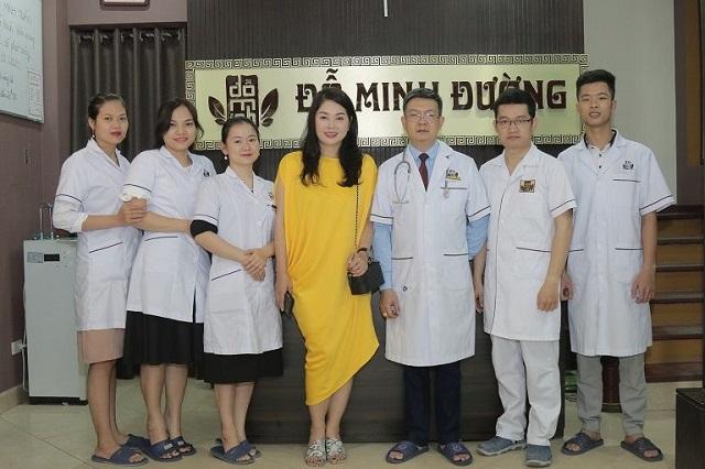 Đội ngũ bác sĩ, lương y tại Đỗ Minh Đường (cơ sở miền Bắc) chụp cùng DV Thanh Tú khi cô tới đây để điều trị bệnh viêm đa xoang
