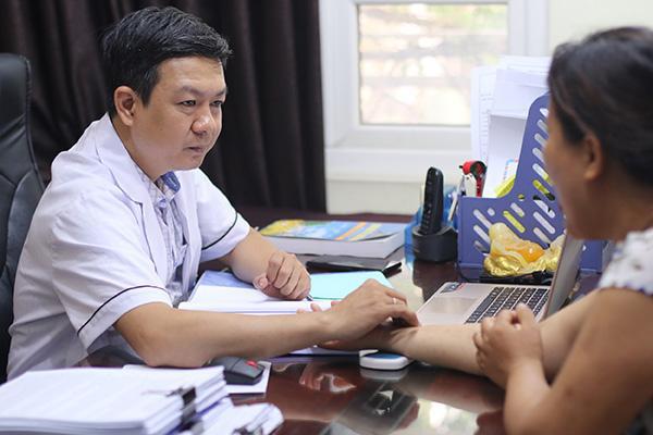 Ảnh: Lương y Đỗ Minh Tuấn thăm khám miễn phí cho người bệnh