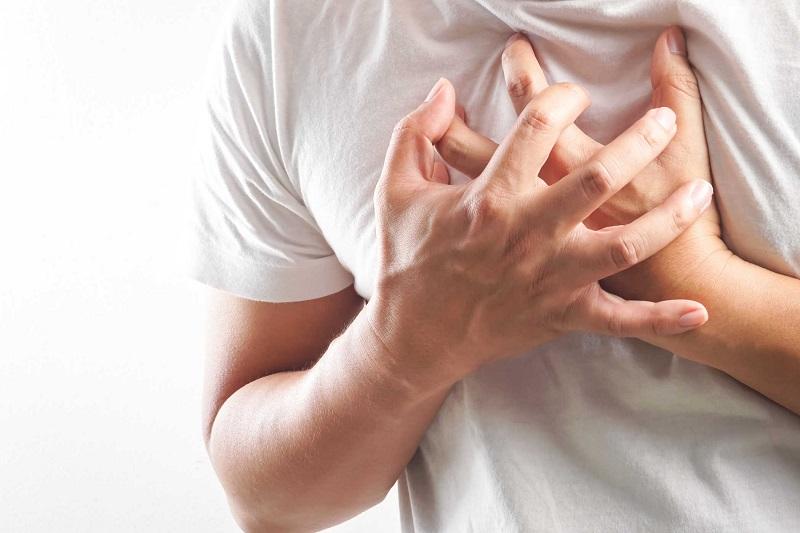 Người bị viêm phế quản thường bị khó thở, ho liên tục suốt thời gian dài
