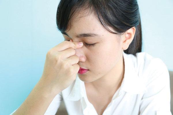 Dấu hiệu viêm xoang điển hình là những cơn đau nhức khó chịu ở vùng gần 2 hốc mắt