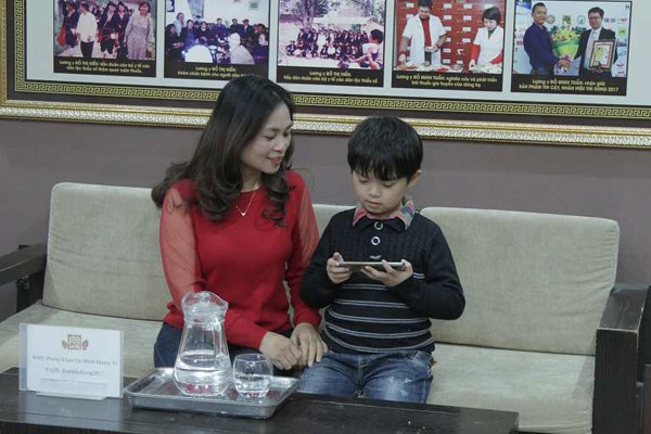 Hiếu được mẹ đưa đến nhà thuốc nam Đỗ Minh Đường để xử lý bệnh viêm amidan