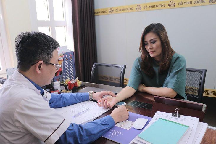 Diễn viên Hoa Thúy đến thăm khám bệnh viêm xoang tại Đỗ Minh Đường